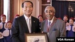 한국전 참전용사인 찰스 랭글 미 하원의원(오른쪽)에게 감사패를 수여하는 박승춘 국가보훈처장.