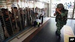 Binh sĩ Thái Lan xin lỗi người đi bộ sau khi họ phải đóng cửa một cây cầu vì lý do an toàn một cuộc biểu tình chống cuộc đảo chính tại Bangkok, ngày 25/5/2014.