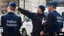 Police belge effectuant une perquisition à Etterbeek, Bruxelles, Belgique, 09 avril 2016. epa/ STEPHANIE LECOCQ
