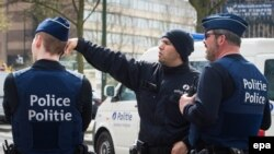 La police belge effectue une perquisition à Etterbeek, Bruxelles, Belgique, le 9 avril 2016. (epa/ Stéphanie Lecocq)