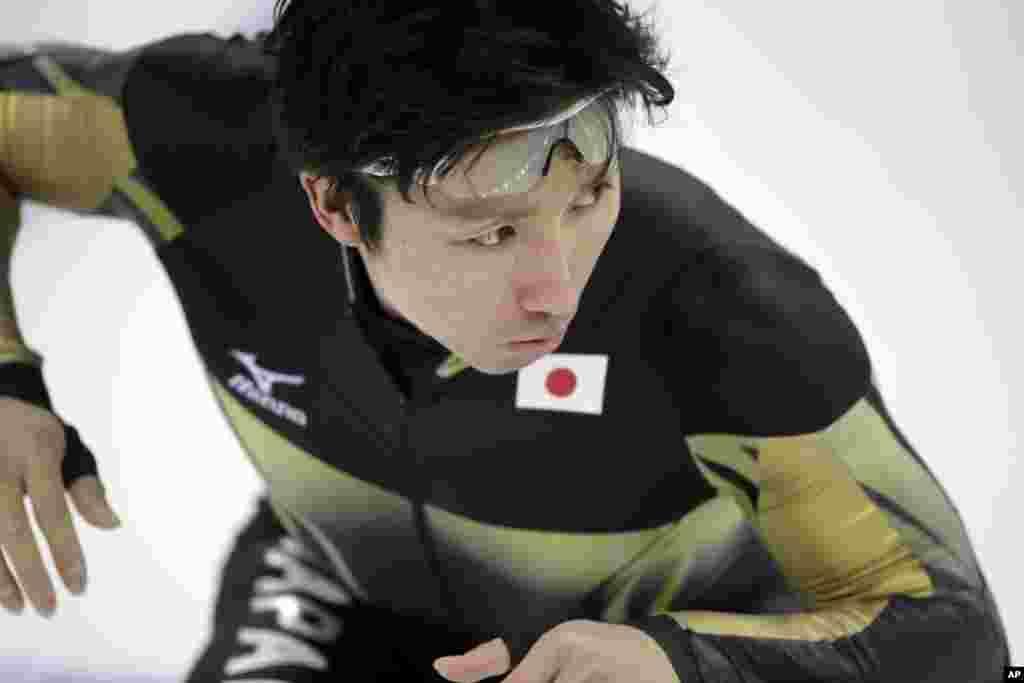 Yuji Kamijo dari Jepang berlatih sebelum kompetisi speedskating atau seluncur cepat nomor 500 meter putra di Adler Arena Skating Center, Sochi, Rusia (10/2). (AP/Patrick Semansky)