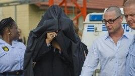 Južnoafrički policajci sprovode Pistorijusa u sudnicu radi prvog pretresa u vezi sa optužnicom za ubistvo