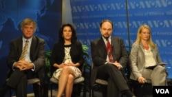 Участники дискуссии на «Голосе Америки» слева направо: Дэвид Саттер, Мириам Ланской, Владимир Кара-Мурза, Сюзан Корк