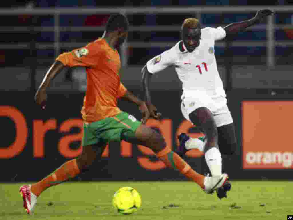 "Stophira Sunzu of Zambia (L) challenges Dame N'Doye of Senegal during the African Nations Cup soccer tournament in Estadio de Bata ""Bata Stadium"", in Bata January 21, 2012. REUTERS/Amr Abdallah Dalsh (EQUATORIAL GUINEA - Tags: SPORT SOCCER)"