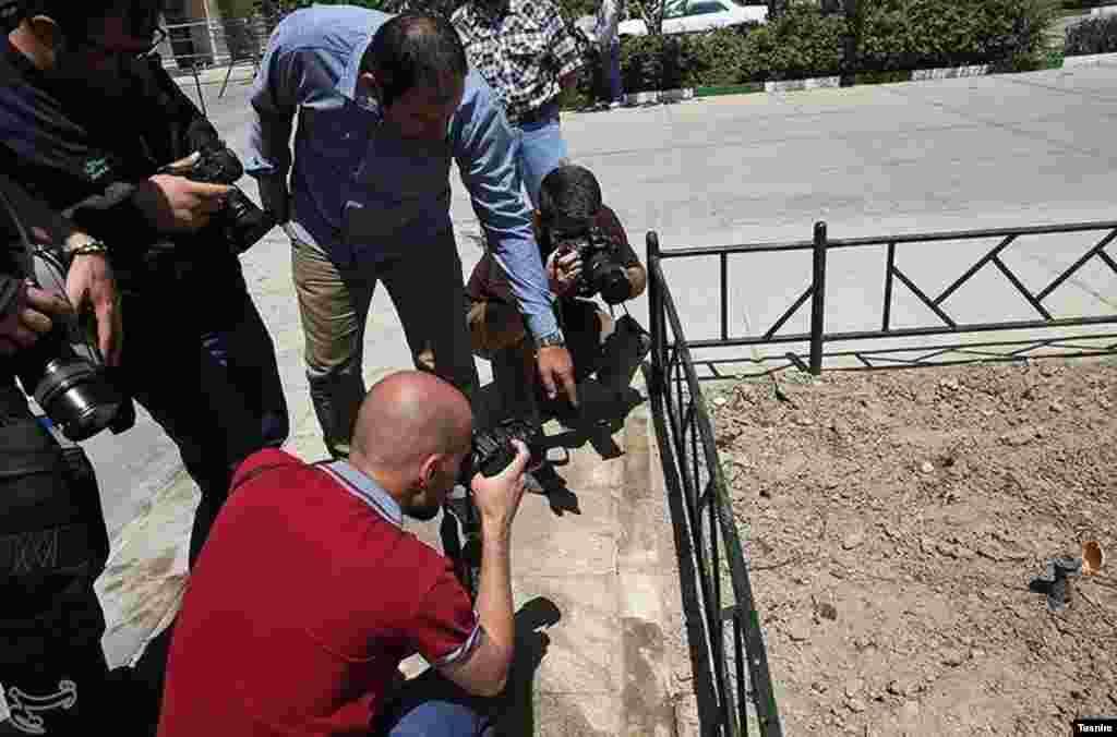 بازسازی صحنه حمله مسلحانه به حرم خمینی عکس: مقداد مددی