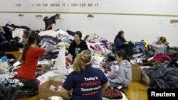 Ngoài đồ ăn, những người vô gia cư còn có thể chọn những bộ quần áo, giày dép, mũ khăn để mang về nhà.