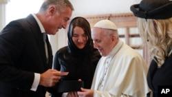 Predsednik Crne Gore Milo Đukanović uručuje poklon Papi Franji tokom susreta u Vatikanu, 8. oktobar 2018.
