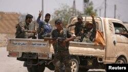Anggota Pasukan Demokratik Suriah atau SDF siaga dengan senjata mereka di kota Raqqa, Suriah (foto: dok).