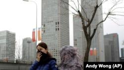 北京人看到了「APEC藍」之後,霧霾在APEC峰會結束之際又無聲地潛回京城。