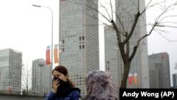 """北京人看到了""""APEC蓝""""之后,雾霾在APEC峰会结束之际又无声地潜回京城。(2014年11月11日)"""