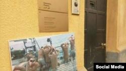 عکس تفنگداران آمریکایی در مقابل سفارت سوییس در تهران