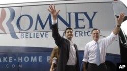 ທ່ານ Mitt Romney ຜູ້ສະມັກເລືອກຕັ້ງປະທານາທິບໍດີຂອງພັກຣີພັບບລິກັນ (ຂວາ) ແລະ ທ່ານ Paul Ryan, ຜູ້ສະໝັກເລືອກຕັ້ງເປັນຮອງປະທານາທິບໍດີ ແລະເປັນຜູ້ແທນຈາກລັດວິສຄອນຊິນ ພ້ອມທັງນາງ Liza ລູກສາວຂອງທ່ານ Ryan ເຈົ້າໂບກມືໃສ່ຝູງຊົນຢູ່ເມືອງ Nortfolk, ລັດ Virginia ໃນວັນທີ 11 ສິ