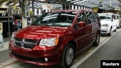 """Mobil minivan produksi Fiat Chrysler """"Dodge"""" dalam tahap akhir produksi pada pabrik perakitan di Windsor, Ontario, Kanada (foto: dok)."""