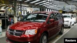 Mobil Fiat Chrysler, minivan Dodge di pabrik Windsor di Windsor, Ontario, 9 Februari 2015. (Foto: dok.)