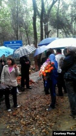 悼念者5月4日冒雨在灵岩山祭拜林昭墓