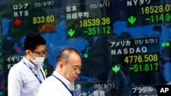 Papan indikator saham electronik di Tokyo, 1 September 2015.