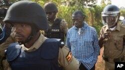Kizza Besigye nas mãos da polícia