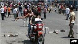 Một người biểu tình bị thương được chở đi khỏi nơi xảy ra vụ đụng độ với lực lượng an ninh ở Taiz, Yemen, 21/9/2011