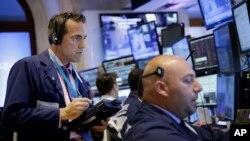 Traders à la Bourse de New York à New York , le 8 Juillet , 2015. (AP Photo/Seth Wenig)