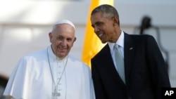 23일 백악관 앞 잔디밭에서 열린 교황 영접 행사에서 바락 오바마 미국 대통령(오른쪽)이 프란치스코 로마 가톨릭 교황과 대화하고 있다.