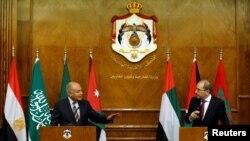 사파디 요르단 외무장관(오른쪽)과 게이트 아랍연맹 사무총장이 6일 열린 기자회견 중에 의견을 교환하고 있다