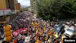 Para pendukung partai oposisi Venezuela menggelar aksi unjuk rasa menentang pemerintahan Presiden Nicolas Maduro di Caracas (12/2).