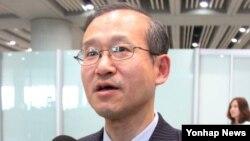 6자회담 한국 수석대표인 임성남 외교부 한반도평화교섭본부장이 1일 중국 베이징 공항 출국장을 나서고 있다.