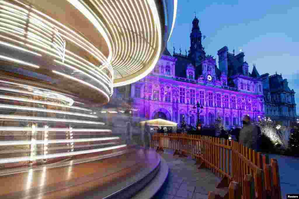 پیرس میں کرسمس کے موقع پر سٹی ہال کو برقی قمقموں سے سجایا گیا ہے۔
