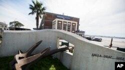 El ancla del Graf Spee es exhibida en el puerto de Montevideo, Uruguay.