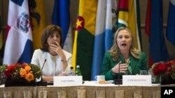 La secretaria de Estado de EE.UU., Hillary Clinton (derecha), junto con la ministra de Relaciones Exteriores colombiana María Ángela Holguín Cuéllar, durante la reunión realizada en Nueva York bajo el título Conectando las Américas.