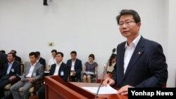 류길재 한국 통일부 장관이 28일 국회에서 열린 남북관계발전 특별위원회 전체회의에 출석해 현안 보고를 하고 있다.