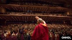 2016年11月17日,达赖喇嘛抵达日本横滨国际平和会议场,在舞台上向观众挥手致意。
