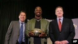 El jugador defensivo de los Broncos de Denver, Von Miller, fue elegido Jugador Más Valioso del Super Bowl 50.
