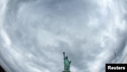 La Estatua de la Libertad reabre su corona al público al cumplir su 126 aniversario. Estuvo un año cerrada a causa de unas obras de restauración. Los trabajos de renovación proseguirán hasta finales de año.
