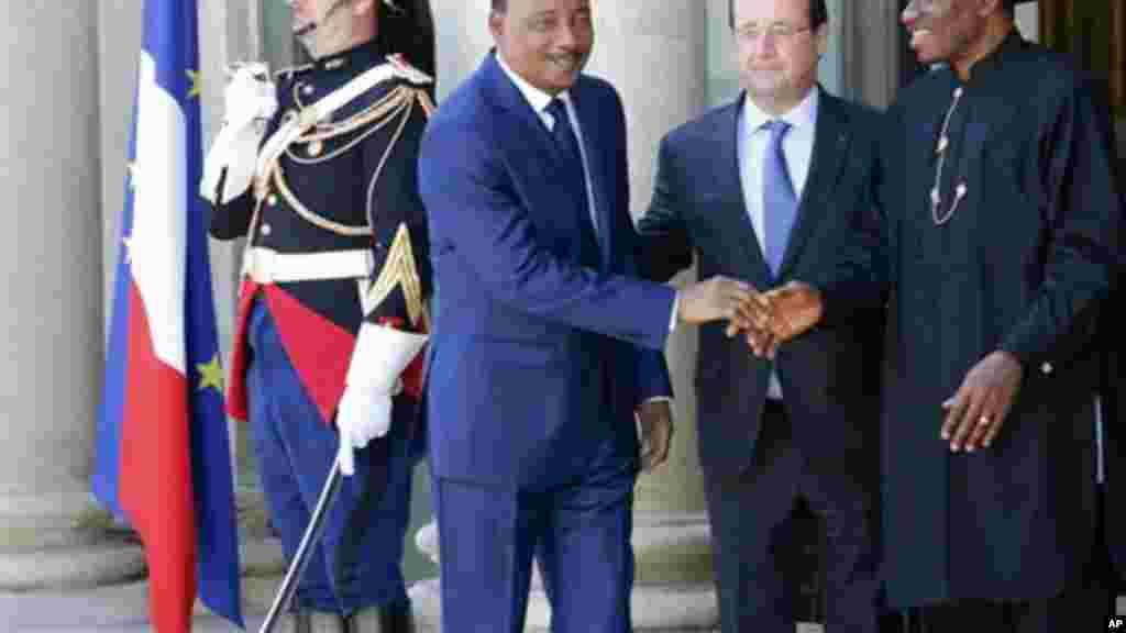 Shugaban Nijer Mahamadou Issoufou, Shugaban Faransa Francois Hollande da Shugaban Najeriya Goodluck Jonathan a wajen Taro kan Tsaro a Najeriya, a Zauren Elysee a Paris, 17 ga, Mayu 2014.