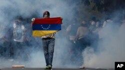 19일 베네수엘라 카라카스에서 니콜라스 마두로 대통령에 반대하는 시위대가 경찰과 충돌했다.