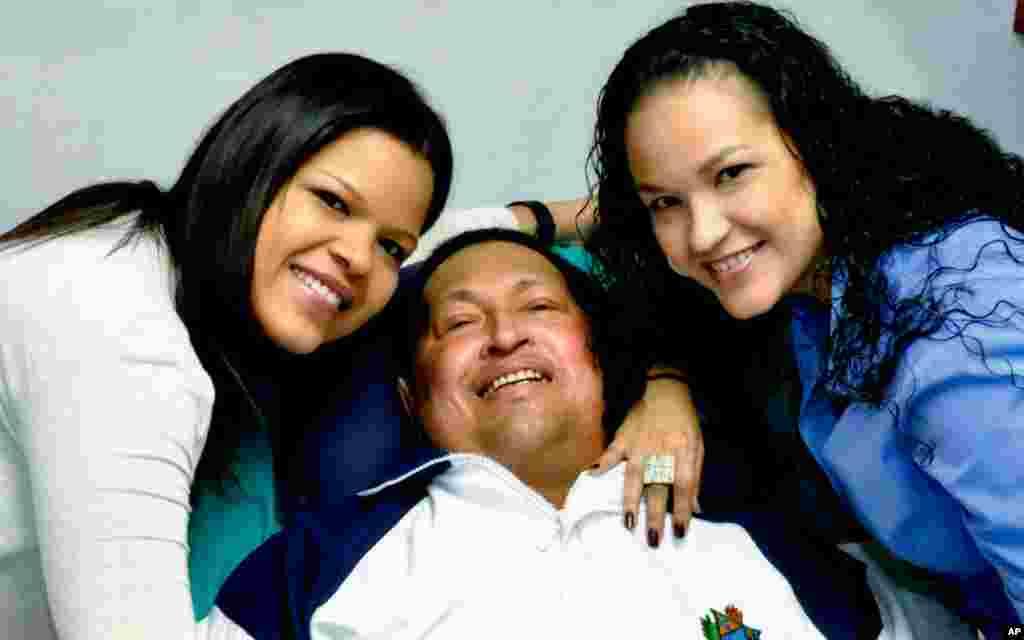 Hugo Chavez iyo laba gabdhood oo u dhalay oo ku sugnaa caasimadda Cuba Havana, February 14, 2013.
