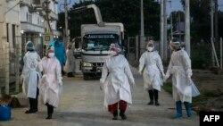 ရန္ကုန္ၿမိဳ႕ရွိ Quarantine Center တခုအျပင္ဘက္မွာ ေတြ႔ရတဲ့ PPE ဝတ္စံုဝတ္ ေစတနာ့၀န္ထမ္းမ်ား။ (ေအာက္တိုဘာ ၁၂၊ ၂၀၂၀)