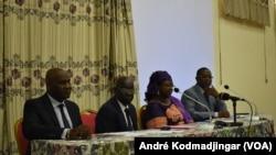 A gauche, Mbili Michel Ambaoumba représentant de UNHCR au Tchad et Komi Gnondoli Emanuel, représentant du HCDH à droite, N'Djamena le 15 août 2019. (VOA Afrique/André Kodmadjingar)