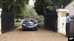 ຕໍາຫລວດເຄັນຢາຄົນນຶ່ງ ຢືນຍາມຢູ່ໜ້າບ້ານພັກຂອງອຸບປະທູດ ເວເນຊູເອລາ ທີ່ຄຸ້ມ Runda ໃນນະຄອນຫລວງ Nairobi, ວັນສຸກທີ 27 ກໍລະກົດ, 2012.