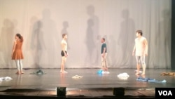 """Dancers perform """"Departure,"""" choreographed by art director Chey Chankethay, at the Department of Performing Arts last week, Phnom Penh, Cambodia. (Phorn Bopha/VOA Khmer)"""