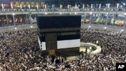 Para jemaah haji mengelilingi Ka'bah di Mekah, Arab Saudi (1/10).