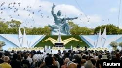 Una suelta de palomas frente a la Estatua de la Paz en Nagasaki, fue realizada como parte central de las conmemoraciones del 68º aniversario de la bomba atómica.