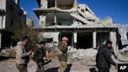 Des soldats syriens et russes se réunissent dans une zone de la banlieue de Karam al-Tarab, à l'est d'Alep, Syrie, le 4décembre 2016.