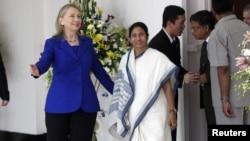 Menteri Luar Negeri AS Hillary Clinton dan gubernur negarabagian Benggala Barat, Mamata Banerjee di Kolkata (7/5).