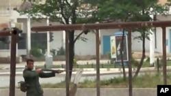 ທະຫານຊີເຣຍຄົນນຶ່ງ ພວມແນປືນຍິງໃສ່ພວກປະທ້ວງທີ່ເມືອງ Hama ທາງທິດເໜືອຂອງນະຄອນຫຼວງຊີເຣຍ (21 ພຶດສະພາ 2011)