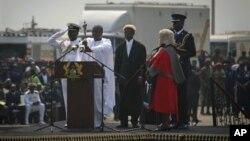 PresidentJohn Dramani Mahama (dua dari kiri) diambil sumpahnya dalam upacara pelantikan Presiden di Accra, Ghana, Senin, 7 Januari 2013. (AP Photo/Gabriela Barnuevo)