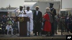 ທ່ານ John Dramani Mahama (ທີສອງ ຈາກຊ້າຍ) ໄດ້ເຂົ້າສາບານຕົວ ເຂົ້າຮັບຕໍາແໜ່ງ ອີກສະໄໝນຶ່ງ ຢູ່ໃນພິທີ ຮັບຕໍາແໜ່ງປະທານາທິບໍດີປະເທດການາ ໃນນະຄອນຫລວງ Accra ໃນວັນຈັນ ວັນທີ 7 ມັງກອນ 2013.