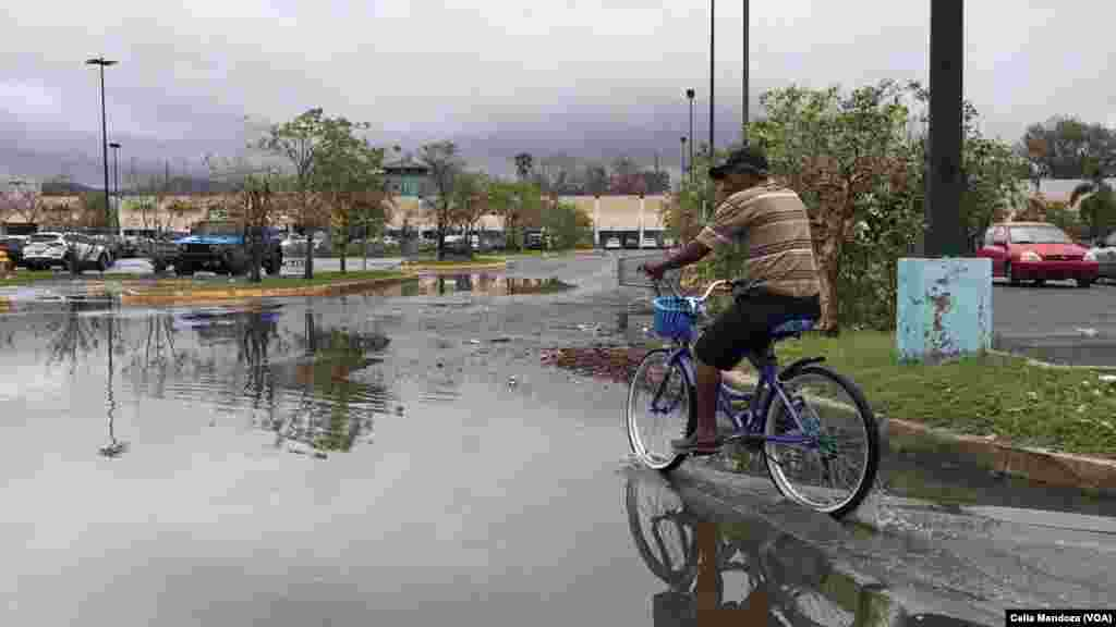 Habitantes de Ponce, Puerto Rico, usan la bicicleta como medio de transporte.
