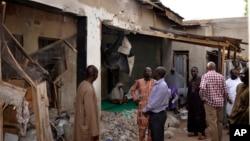 尼日利亚迈杜古里市居民正在查看被炸坏的房屋(2015年5月31日)